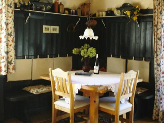 Essbereich mit Tisch und Stühle, Eckbank. (© Edtmayer)