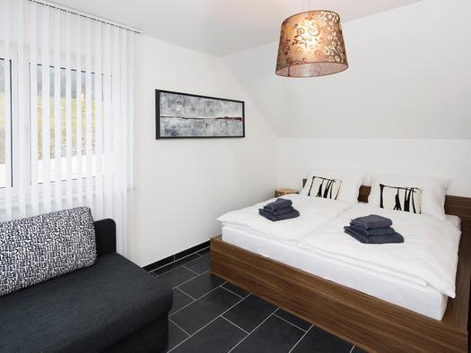Doppelbett im Zimmer `Krambambuli` (© Zum Hirschloser)