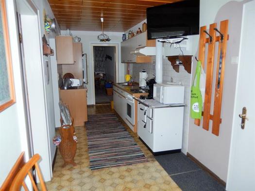 Wohnküche mit Flachbild-TV (© Ferienwohnung Sladek | Privat)