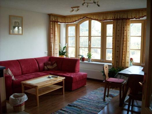 mit Couch und Sitzecke