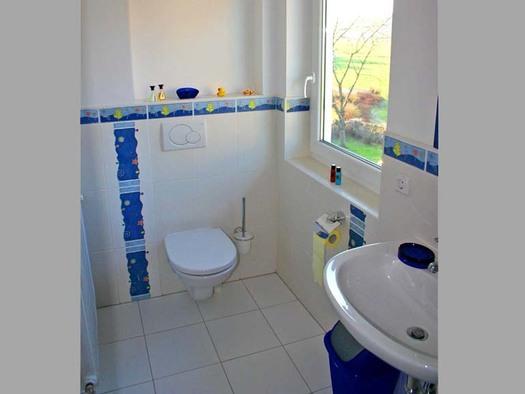Blick ins Badezimmer mit Waschbecken und Toilette. (© Gästehaus Horizont)