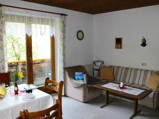 Sitzgarnitur der Wohnküche mit Balkon (© Edith Löger)