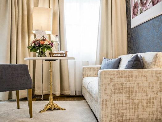 Couch, Fauteuil und kleiner Tisch. (© Karin Lohberger)