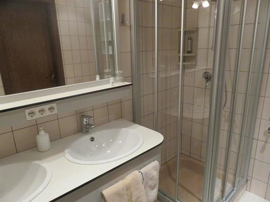 mit Doppelwaschbecken, Dusche & WC (© Berghof Sturmgut)