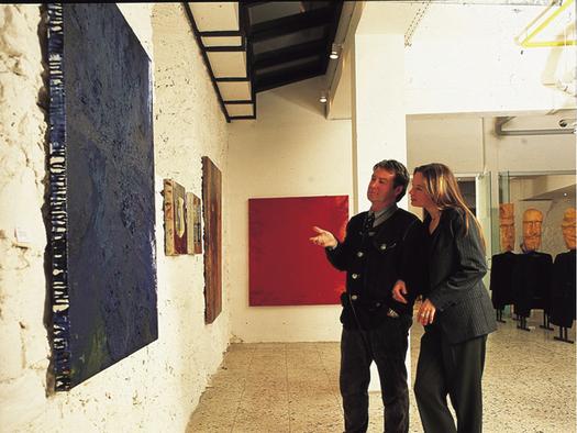 Personen betrachten ein Bild. (© Tourismusverband MondSeeLand)