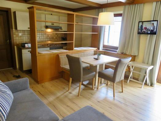Wohnzimmer mit Küchenzeile (© Berghof Sturmgut)