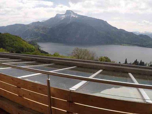 Ausblick vom Balkon auf den See und die Berge. (© Wiener)