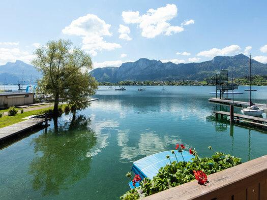 Aussicht vom Balkonzimmer auf den See mit Berge. (© Hemetsberger)