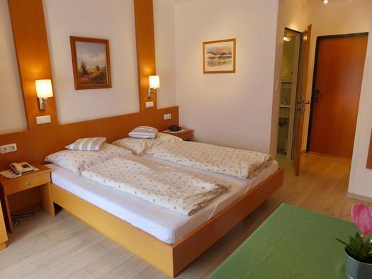 Elternzimmer mit Doppelbett (© Berghof Sturmgut)