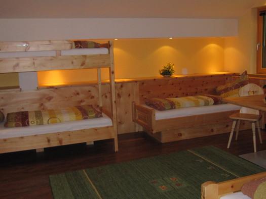 Stock- und Einzelbett Zirben-Familienzimmer (© Ehrenfried Vierthaler)