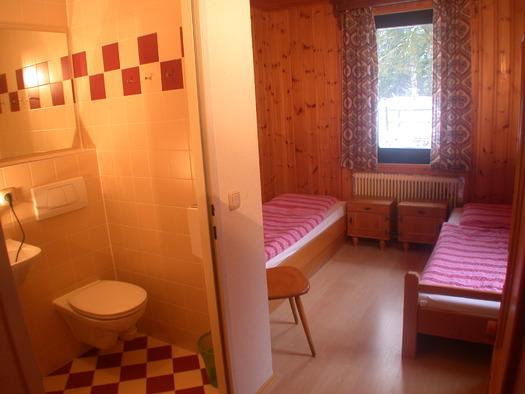 Zweibettzimmer mit Dusche, WC, TV. (© Familie Winterauer)