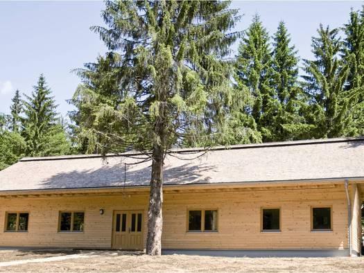 Gemeinschaftshaus im Sommer
