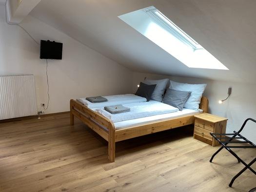 Zimmer 2 mit Dachfenster. (© Franziska Wigert)
