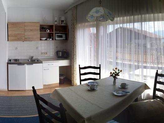 Nr.3 Küchenniesche mit TV und Couchliege (© Ferienwohnungen Schiemel)