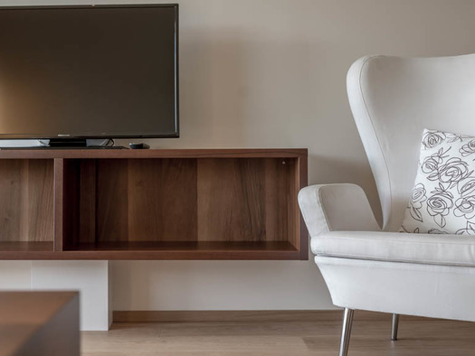 Chair, shelf, TV. (© Lackner)