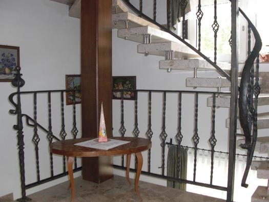 Der Stiegenaufgang zu den Zimmern im 2. Stock (© Bürtlmair)