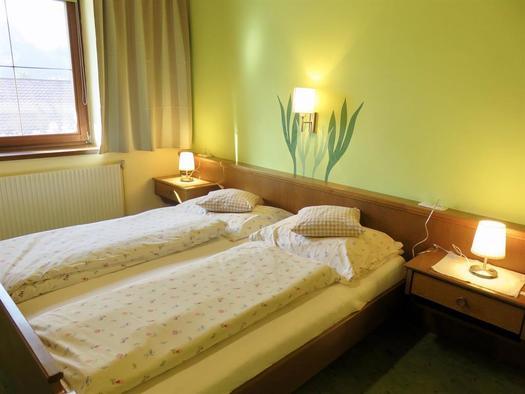 Schlafzimmer mit Doppelbett (© Berghof Sturmgut)