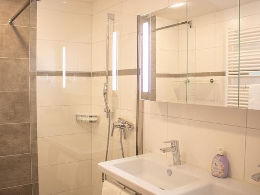 Badezimmer mit Dusche und Doppelwaschbecken. (© TVB)