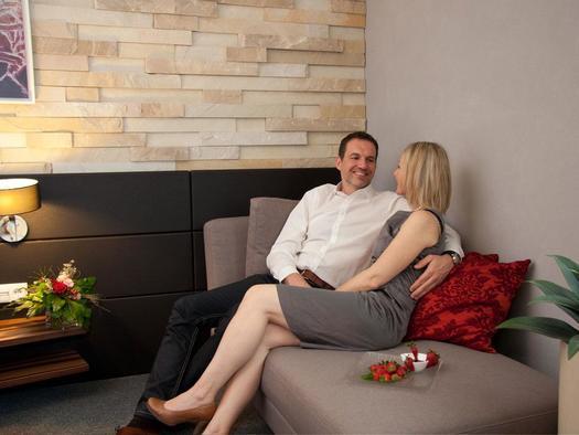 gemütliche Couch im Zimmer
