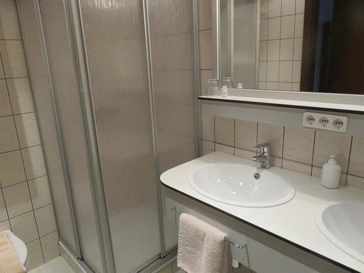 Doppelwaschbecken, Dusche/WC (© Berghof Sturmgut)