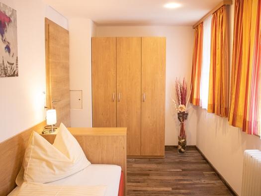 Zweites Schlafzimmer mit zwei getrennten Betten. (© TVB)