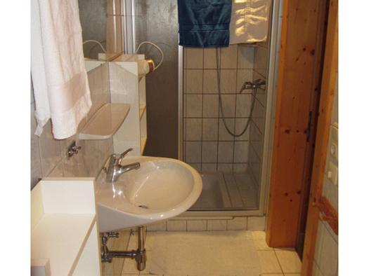 Bathroom with sink, mirror and shower. (© Bauernhof Schink)