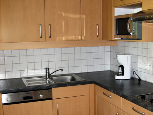 Kitchen with sink, dishwasher, coffee maker, microwave, stove. (© Weber)
