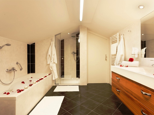 Badezimmer mit Badewanne, Dusche, Handtuchtrockner, Waschbecken. (© Stabauer)