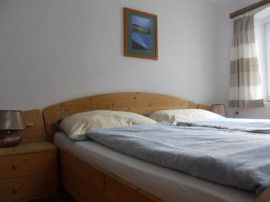 Schlafzimmer mit Doppelbett (© Ferienhaus Hochgattern)