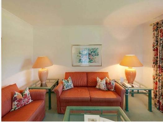 Wohnbereich mit Tischen und Tischlampen, Sofas. (© Hotel Seehof)