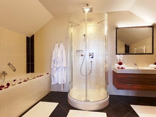 Badezimmer mit Badewanne, Dusche, Waschbecken, Spiegel. (© Stabauer)