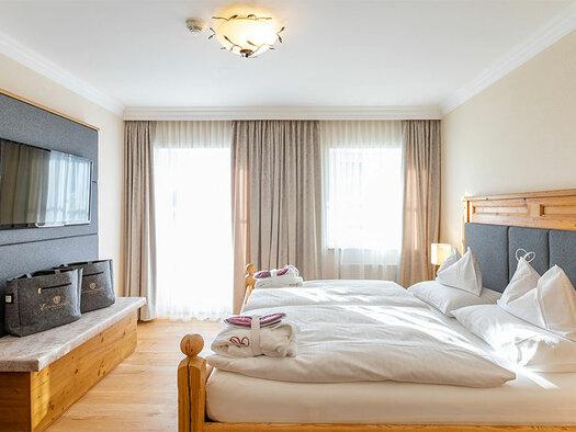 Diese Wohlfühlzimmer verwöhnen mit einem rustikal-eleganten Charme mit viel Liebe zum Detail im 1. bzw. 2. Stock. (© Sabine Sperr)