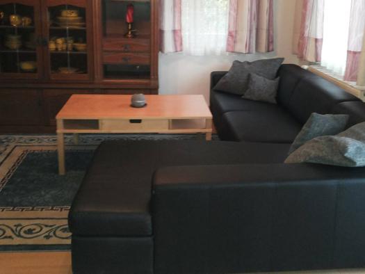 Wohnbereich mit Couch, Tisch, Teppich. (© Spielberger)