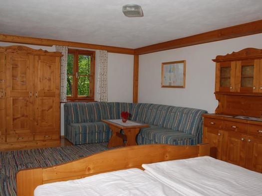 Wohnschlafzimmer mit Blick zur Terrasse