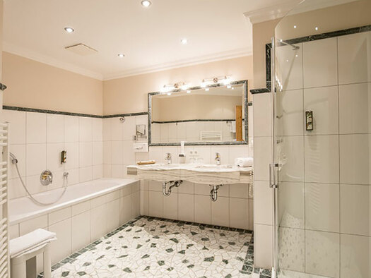 right the shower, in the background two lavatories and the tub. (© Karin Lohberger)