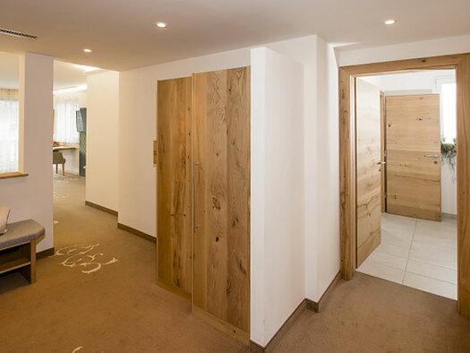 Eingangsbereich mit Kasten und Garderobe, Blick links ins Schlafzimmer und rechts in das Badezimmer. (© Karin Lohberger)