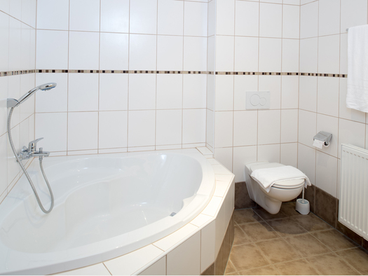Badezimmer mit Badewanne, Toilette, Heizkörper. (© Taubenberger)