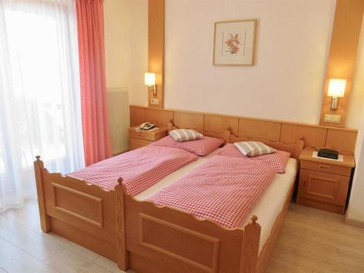Schlafzimmer zwei mit Doppelbett & Dusche WC (© Berghof Sturmgut)
