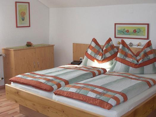 Schlafzimmer mit Doppelbett, Kommode seitlich. (© Winter)