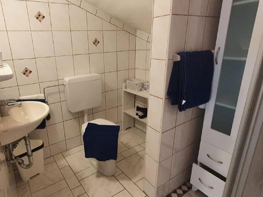 Badezimmer in der Ferienwohnung Dreimäderlhaus Dependance in Bad Goisern. (© Gabriele Untersberger)