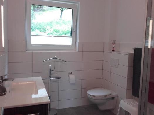 Dusche WC mit Fußbodenheizung (© hr)