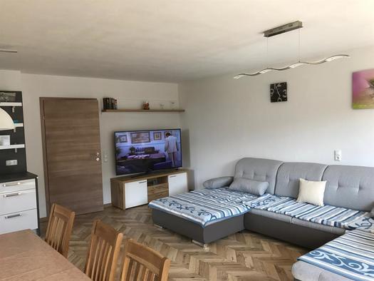 Wohn-Schlafzimmer mit TV (© FH Grobauer II)