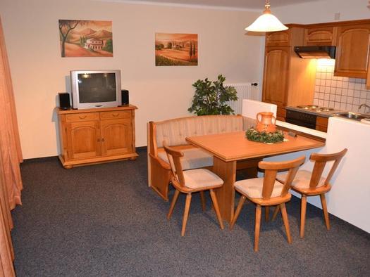 Wohnzimmer mit Kochnische (© Hans Schiefermair)