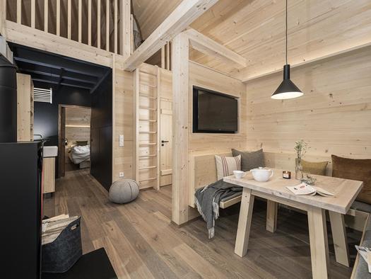 Wohnbereich mit Sitzecke und Kamin (© Ramenai Das Böhmerwaldlerdorf)
