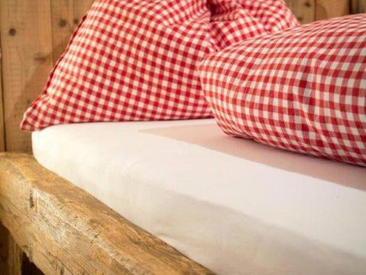 country-style bedroom (© Bramsauerhof Faistenau)