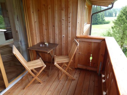Balkon mit Sitzecke und rechts Blick ins Grüße. (© Mayrhofer)