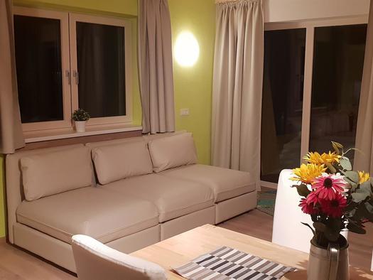 Wohnzimmer am Abend (© Ferienhaus Mountain View)