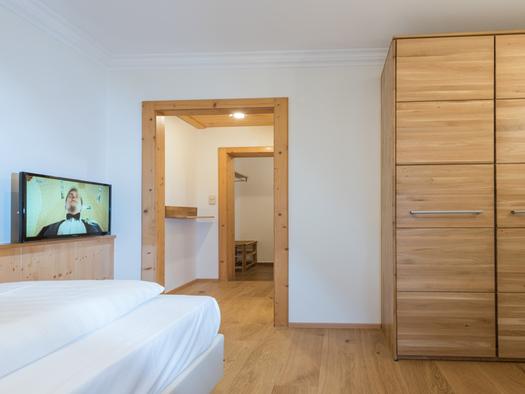 Einzelbett und Kleiderkasten. (© Familie Ragginger/Klaus Costadedoi)