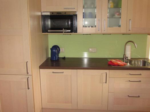 Kitchen with stove, sink and kettle. (© Bauernhof Schink)