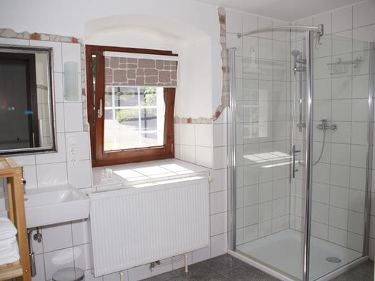 Duschkabine, Fenster, Waschbecken. (© Taubenberger)